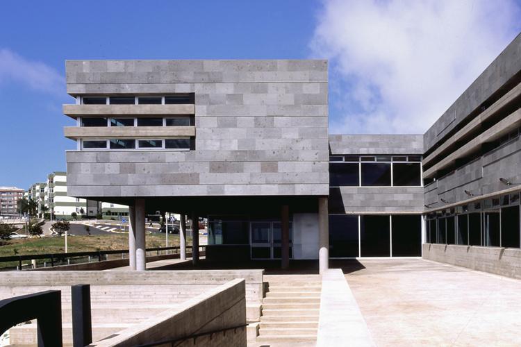 Vista del acceso a la Escuela de Idiomas desde la plaza