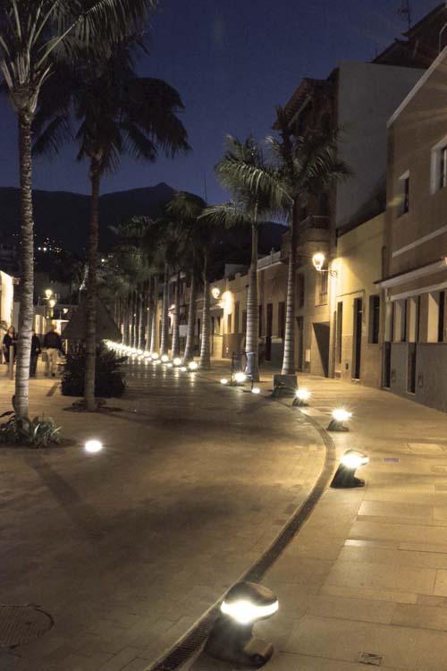Vista nocturna con la iluminación  integrada en los norays que marcan el límite de la zona peatonal de la Calle Mequinez