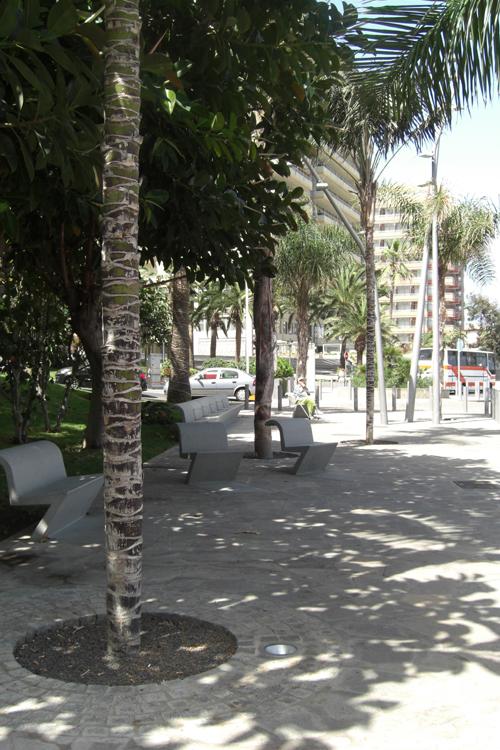 Zona de descanso con bancos individuales de hormigón Peatonal junto a túnel de Martiánez