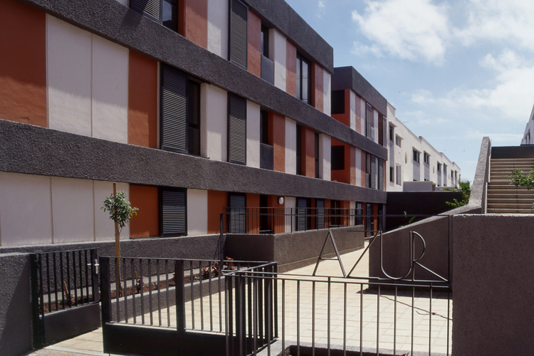 Vista del patio interior entre los dos módulos del edificio de viviendas