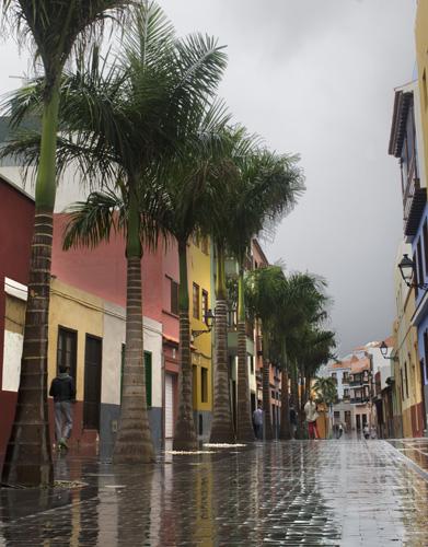 Zona peatonal de la Calle Mequinez con el pavimento mojado