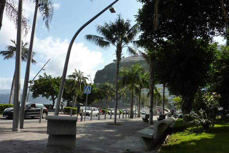 Vista general del peatonal junto a túnel de Martiánez