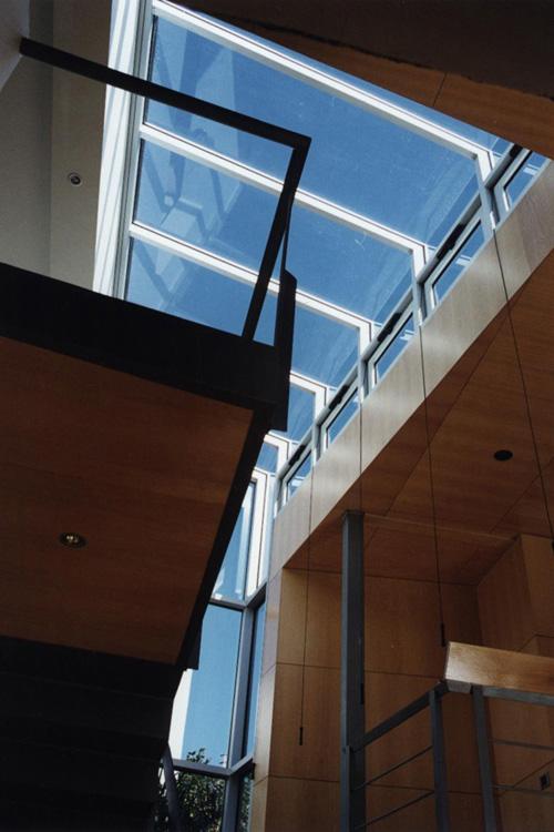 Vista del lucernario situado sobre la escalera interior de la vivienda