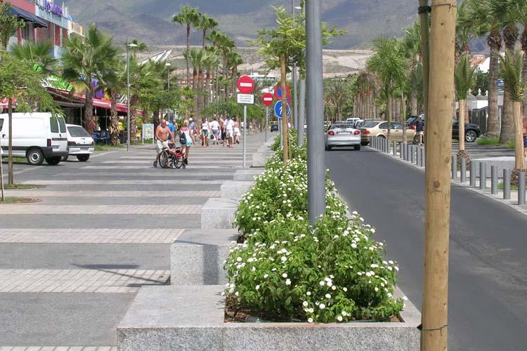 Detalle de banco-alcorque que separa la zona de tráfico rodado de la peatonal en la Avenida Rafael Puig