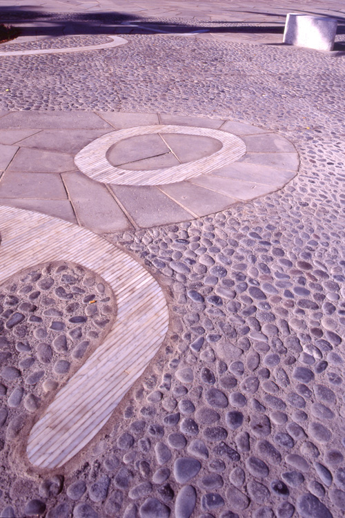 Detalle del pavimento de paseo de Colón realizado con distintas texturas de piedra y hormigón