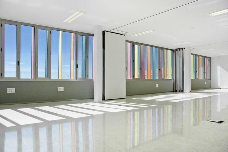 Vista desde el interior de la sala polivalente donde se refleja por la luz las lamas de colores