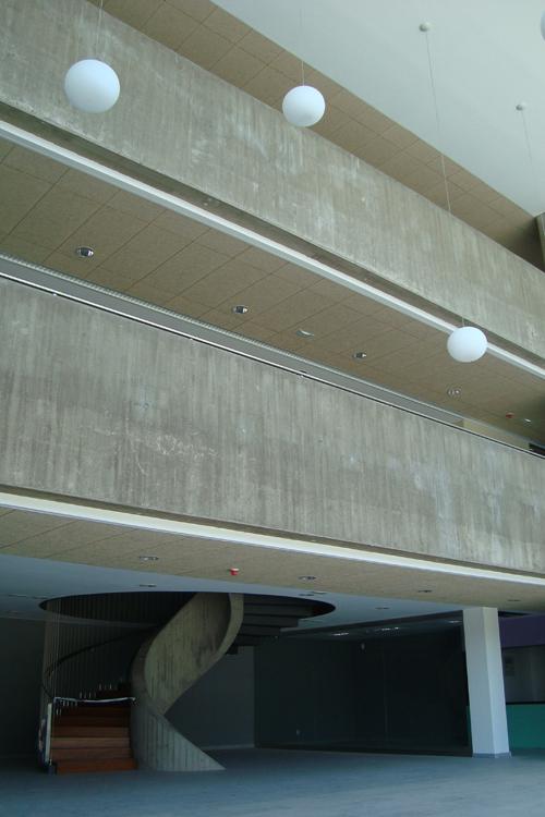 Vista del hall de triple altura donde se ve la escalera de caracol de fondo en el Hospital del Norte