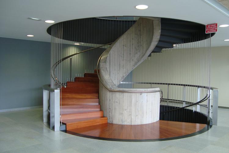 Detalle de la escalera de caracol en la primera planta del Hospital del Norte