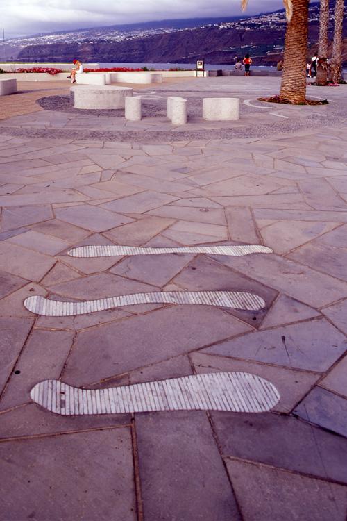 Vista de una de las zonas de descanso con detalle de pavimento en primer plano del Paseo de Colón