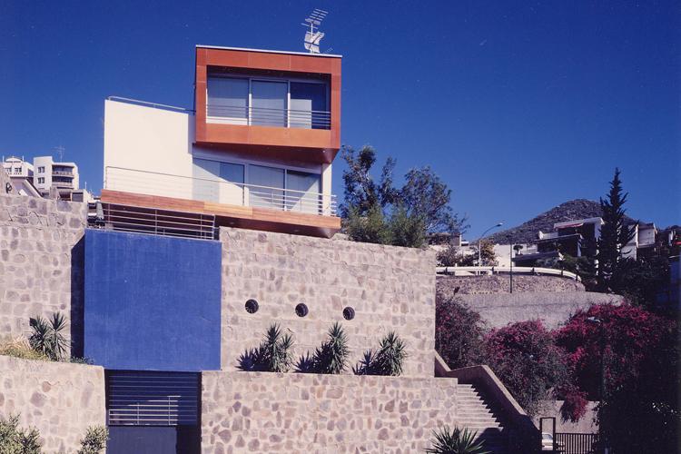 Vista de la fachada principal de la vivienda desde la calle