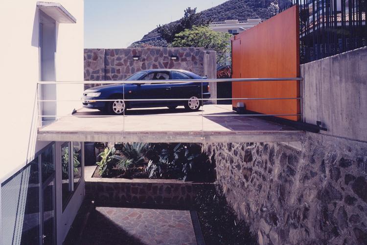 Vista de la plataforma de acceso y aparcamiento en la parte trasera de la vivienda