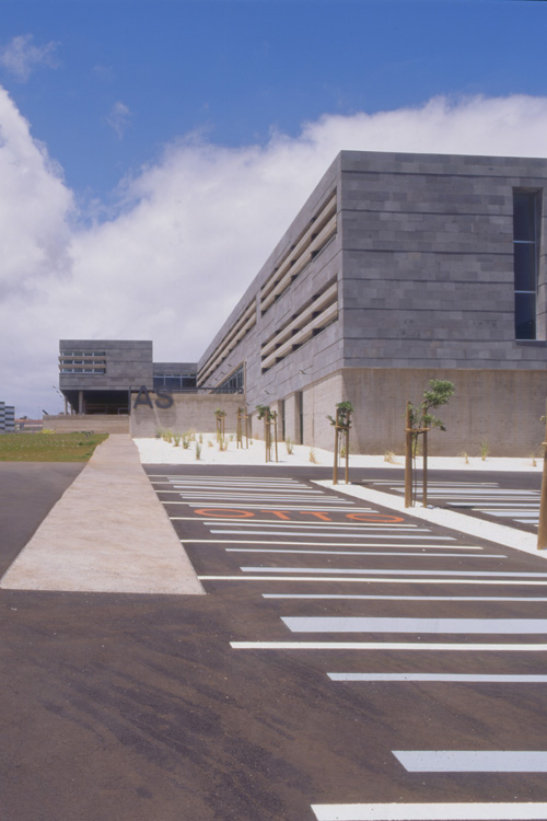 Vista de la Escuela de Idiomas desde la zona de aparcamientos