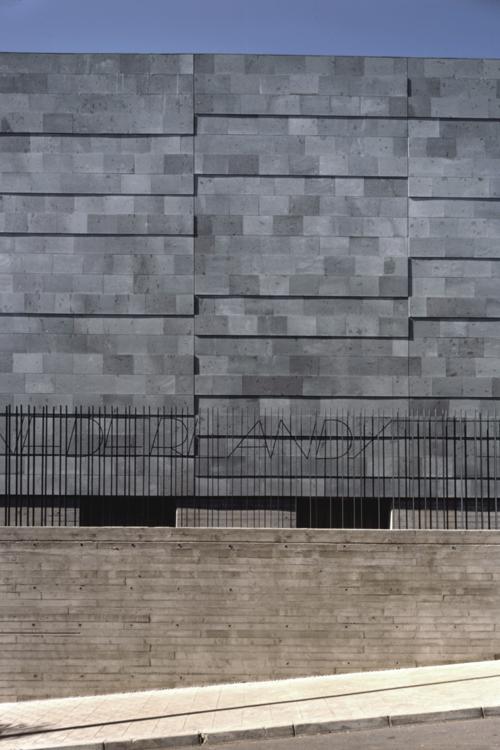Detalle de la colocación de la piedra en la fachada de la escuela de idiomas