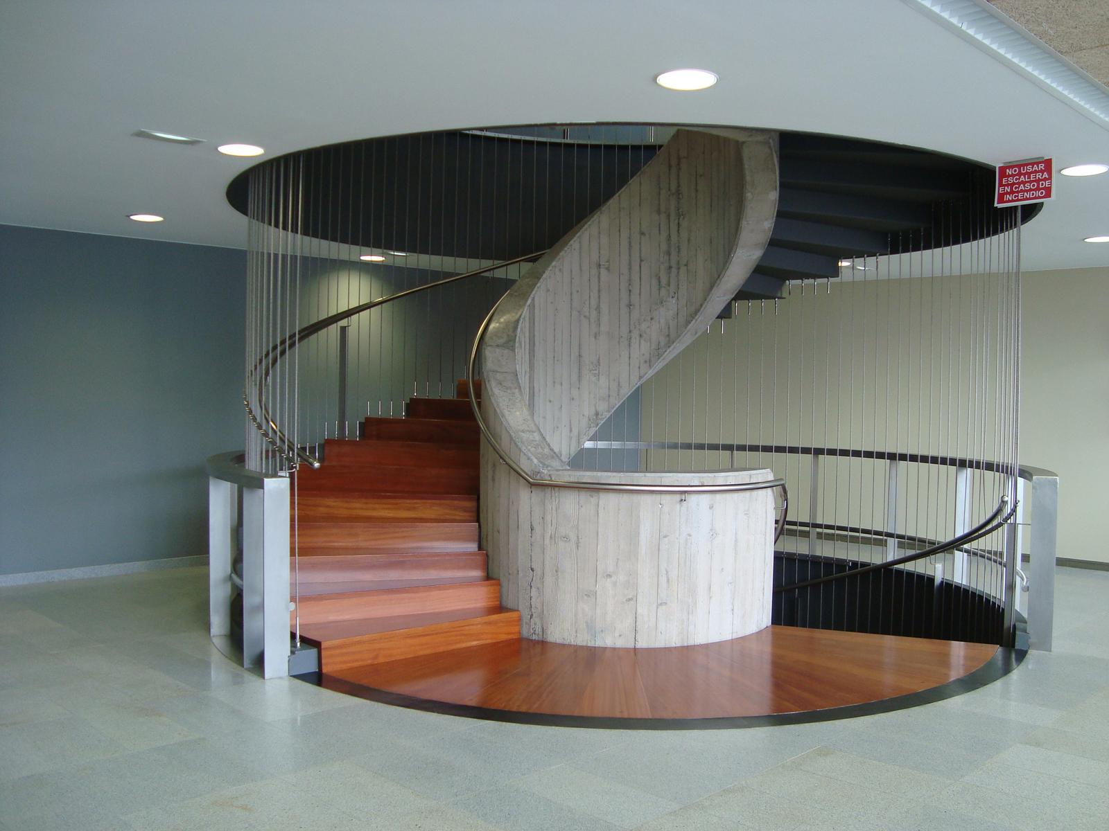 Escalera interior con suelo de madera y estructura de hormigón