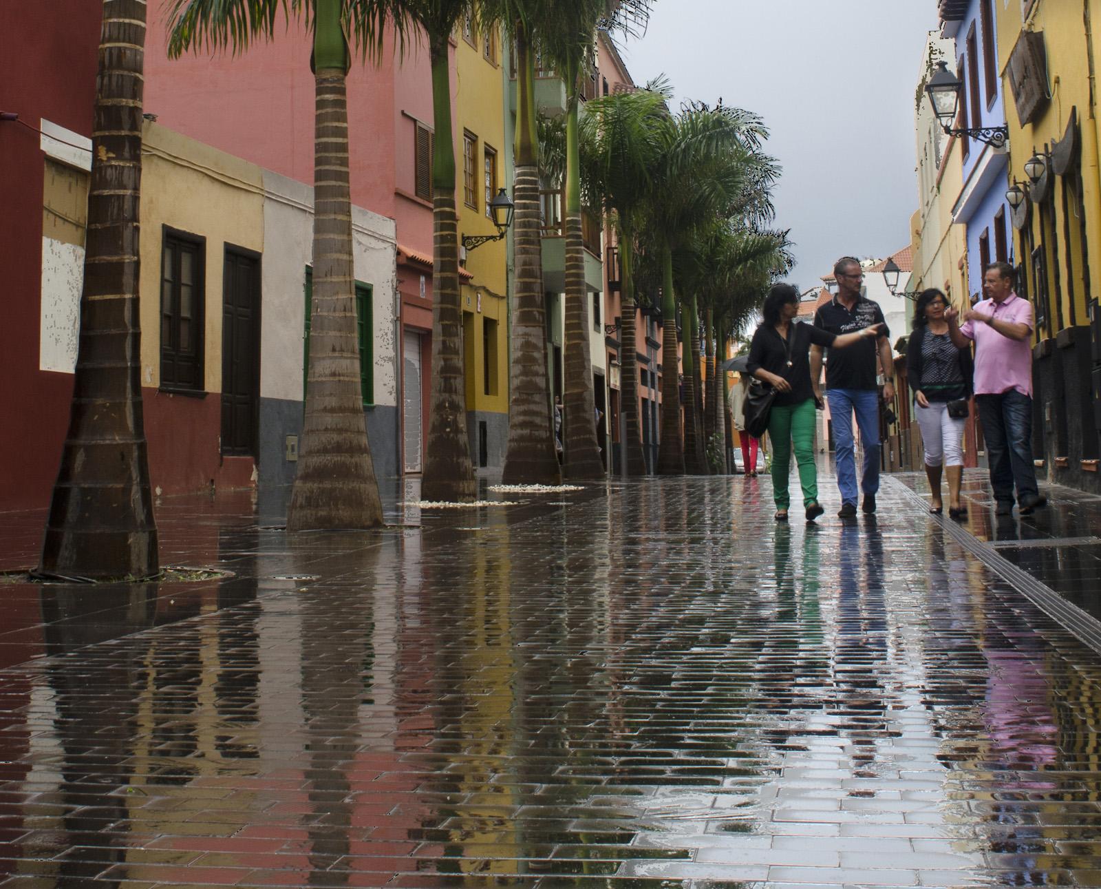 Vista de calle peatonal mojada por la lluvia