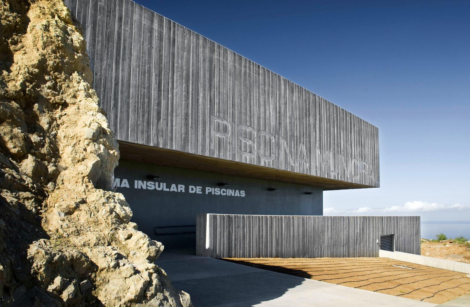 Diseño  exterior de edificio en hormigón junto a roca