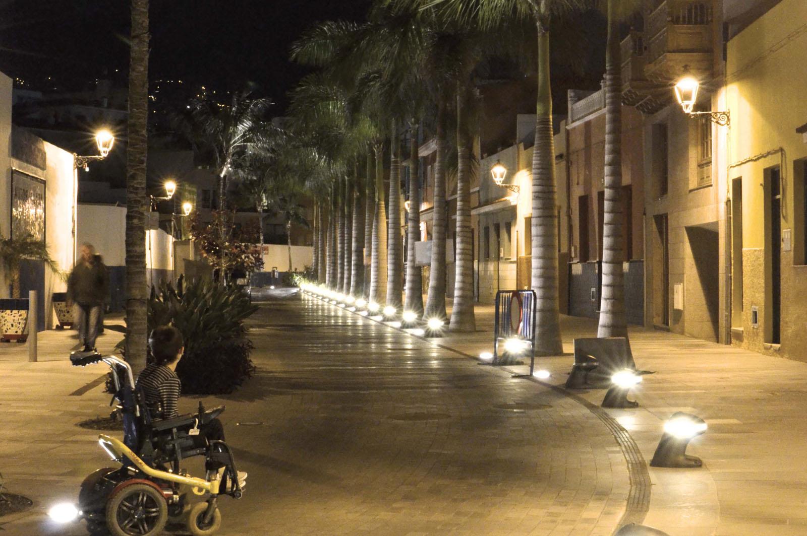 Vista de nocturna de calle iluminada accesible