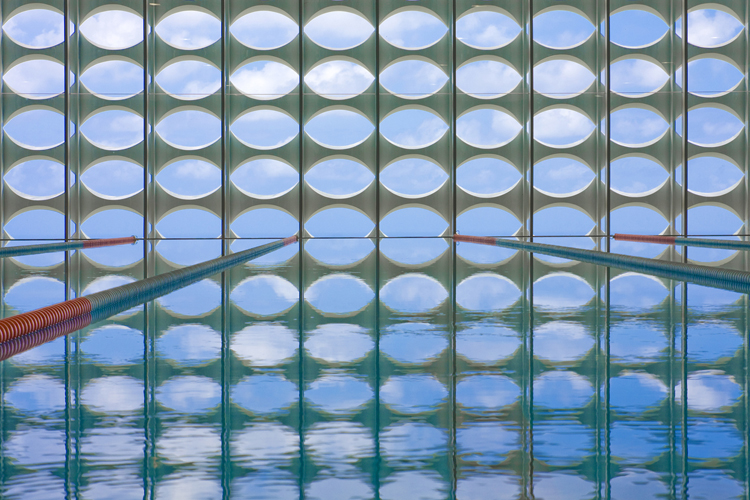 Vista del exterior desde el interior de la piscina a través de la celosía.
