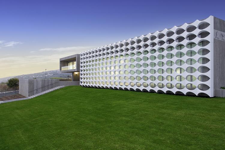 Zona exterior con Motivo decorativo en fachada de la  Piscina Cubierta Polivalente