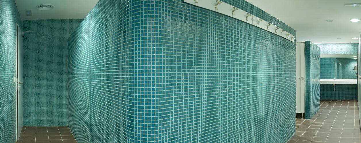 Detalle del gresite utilizado como revestimiento en el interior de los vestuarios de la piscina