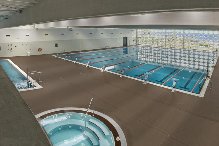 Vista interior donde se ve el jacuzzi, la piscina principal y la piscina de rehabilitación.