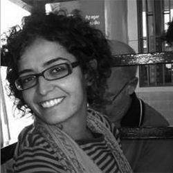 Fotografía en blanco y negro de una colaboradora del departamento de accesibilidad